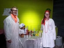 Joacim och Johanna gör magiska experiment i skogen