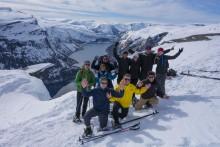 Premiere: Mit Schneeschuhen und Skiern auf Norwegens spektakuläre Trollzunge