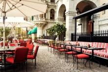Terrassen på Grand Hôtel fäller upp parasollen
