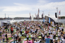 Hundratals yogis intar Waterfront Building på Internationella Yogadagen