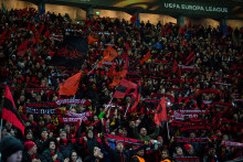 Rött & svart bultar Jämtlandshjärtat – extrainsatta flyg för ÖFK vs Arsenal