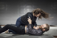 Premiär för Ingmar Bergmans Scener ur ett äktenskap med Maria Kulle och Erik Borgeke