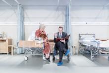 Premiär för Var god dröj! – en sjukhuskomedi där allt går fel