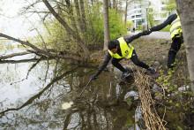 Över 100 skolelever städar Solna strand