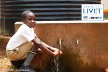 Hoppas simma kvarts varv runt jorden för rent vatten i Östafrika