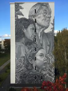 Tampereelle valmistui vahvoja naisia juhlistava muraali – kolme taloyhtiön asukasta antoi kasvonsa teokseen