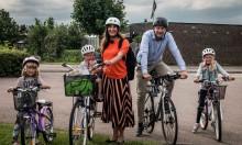 De tar cykeln för miljön och barnen