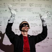Thomas Öberg (Bob Hund) inviger utställningen NIMBY; gapar, pratar och dansar kring delningsekonomi