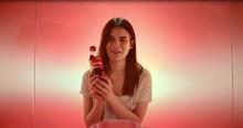 Svenska konsumenter delar en Coke i ny tv-reklam från Coca-Cola