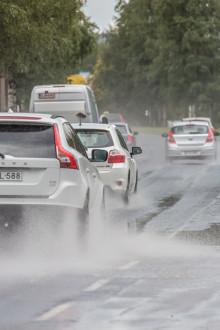 Nauti ajosta myös syksyn sateilla - tarkista kesärenkaidesi kunto hyvissä ajoin