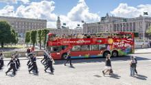 Red Sightseeings röda buss skjutsar U21-landslaget!