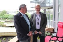 Bostadsministern besökte Veidekkes Svanenmärkta flerbostadshus i Annedal 2012