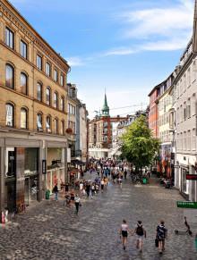 Svenska modesuccén NA-KD öppnar upp dörrarna mitt i centrala Köpenhamn.