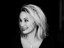 Louise Hoffsten spelar på Fryksdalsdansen