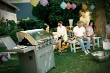 Kött, öl och trevliga vänner – Här är svenskarnas måsten för en perfekt grillkväll