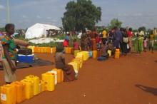 Soldrevne vandpumper og latriner hjælper titusindvis der flygter fra borgerkrigen i Sydsudan