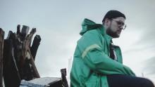 Osten Af gästas av internationella Hip-Hop artister på sin nya singel.