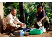 Angela och Ivan Mukababirwa i Uganda delar på sysslorna