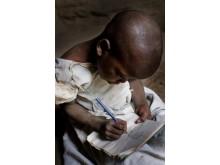Neema, 6 år, lär sig skriva tack vare ActionAid