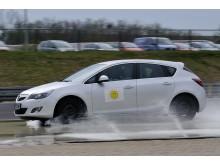 Under bremseprøverne på simuleret snedækket vej kom bilen med sommerdæk til kort over for den identiske bil med vinterdæk.