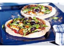 Grilloumi-pizza med lammfärs och Kalamataoliver