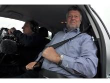 """""""Den opgave er jeg mand for at klare,"""" sagde Færdselssikkerhedskommissionens formand Karsten Nonbo, inden han kørte ud på banen for at sammenligne sommer- og vinterdæk."""