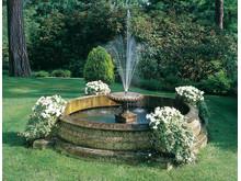 Klassisk fontän med kantsten och mittstycke