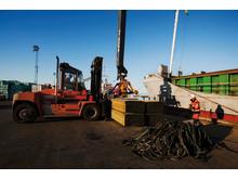 Lastning av sågade trävaror för export i Varbergs hamn