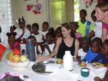 Angelina Jolie besöker barnby i Haiti