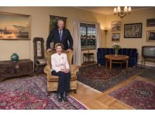 Kong Harald og Dronning Sonja i stuen i Dronning Sonjas barndomshjem på Maihaugen