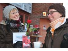 Lotten J Johansson bjuds på Fairtrade-kaffe av Karin Wallin, Miljöförvaltningen