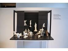 """GRASSI Museum für Angewandte Kunst Leipzig - """"L'amour fou"""" - Miniatur-Bühne """"Die Geister, die ich rief"""""""