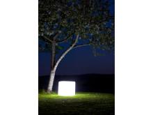 Cube från GP MoodLite i trädgård