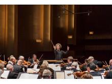 Santtu-Matias Rouval (chefdirigent) och Göteborgs Symfoniker. Foto: Ola Kjelbye.