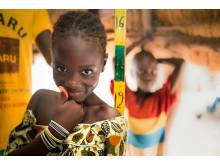 Absa Ka i Senegal  får behandling mot trakom. Fotograf Javier Acebal