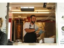 På torsdagar serveras gyros i pitabröd i Garaget Food Truck