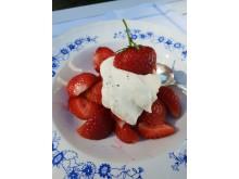 Bara grädde och en dutt vanilj till jordgubbarna.
