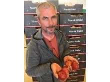"""Epleprodusent Knut Amund Surlien med eksemplarer av epler med """"kork-skade""""."""