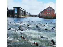 Starten er gået til 2 km svømning rundt om Christiansborg