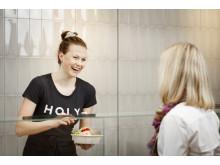 Medarbetare serverar sallad