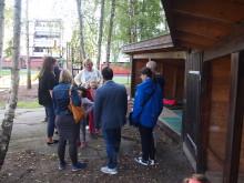 Barn viser frem gapahuken i Rudshøgda Kanvas-naturbarnehage
