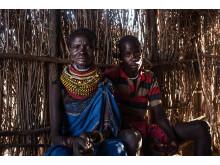 Asekon Lomulen och sonen och krigaren Ewoi Nutmanik. Bor i byn Loyapat. Foto Fredrik Lerneryd