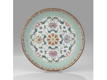 1102. A Famille Rose Reticulated Dish Utrop: 200 000-400 000 SEK
