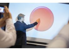 Bent Høie trykker på startknappen for nettapotek i Norge
