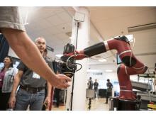 Samarbetande robot som levererar godis till besökarna