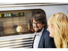 Affärsresenärer kliver av tåget