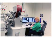 Eva Olsson med elektronmikroskop för mjuka material