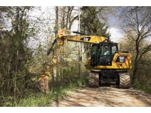 Cat M317F hjulgrävare i skog