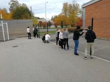 Elever på Erlaskolan i Falun mäter ute på skolgården.