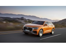 Audi Q8 (dragon orange) forfra dynamisk